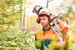 Mężczyzna jako lasowy lumberjack w ochronnej przekładni i ziemianin zdjęcie stock