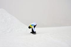Mężczyzna jazda na snowboardzie Zdjęcie Royalty Free
