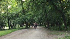 Mężczyzna jazda w parku zbiory wideo