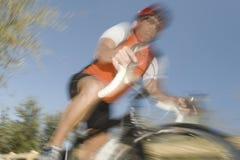 Mężczyzna jazdy cykl Przeciw niebieskiemu niebu obraz royalty free