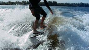 Mężczyzna jazdy kipiel na fala rzeka Wakesurfing sport Krańcowy styl życia zbiory wideo
