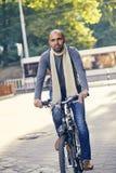 Mężczyzna jazdy rower outdoors Obraz Stock