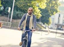 Mężczyzna jazdy rower outdoors Zdjęcia Royalty Free