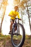 Mężczyzna jazdy sporta rower górski na ekstremum śladzie Zdjęcie Stock