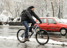 Mężczyzna jeździecki bicykl Fotografia Stock