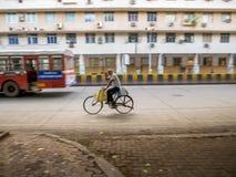 Mężczyzna jeździecki bicykl zdjęcia stock