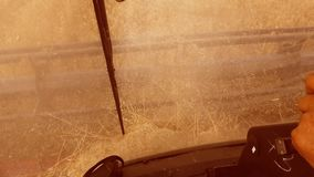 Mężczyzna jeżdżenia średniorolny syndykat zbiera na śródpolnym stylu życia z pszenicznym widokiem od syndykata salonu widoku od p zbiory wideo