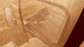 Mężczyzna jeżdżenia średniorolny syndykat zbiera na polu z pszenicznym widokiem od syndykata salonu widoku od pierwszy osoby zbiory