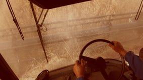Mężczyzna jeżdżenia średniorolny syndykat zbiera na polu z pszenicznym widokiem od syndykata salonu widoku od stylu życia pierwsz zbiory wideo