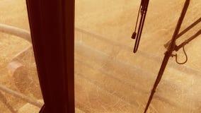 Mężczyzna jeżdżenia średniorolny syndykat zbiera styl życia na polu z pszenicznym widokiem od syndykata salonu widoku od pierwszy zbiory