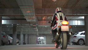 Mężczyzna jeżdżenia sporta motocykl zdjęcie wideo