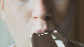 Mężczyzna je czekoladowego lody zbiory wideo