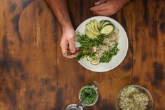 Mężczyzna je detox sałatki pojęcia zdrowe jedzenie Fotografia Royalty Free