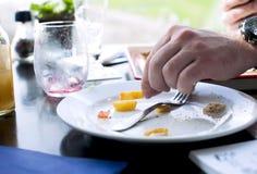 Mężczyzna je fast food w kawiarni Stół okno Pusty brudzi naczynie dinner obraz stock