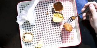 Mężczyzna je fast food w kawiarni Stół okno Pusty brudzi naczynie dinner Sukienna pielucha zdjęcia royalty free