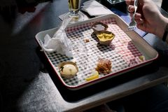Mężczyzna je fast food w kawiarni Stół okno Pusty brudzi naczynie dinner Sukienna pielucha zdjęcie stock