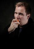 Mężczyzna je jabłka Fotografia Stock