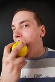 Mężczyzna je jabłka Obrazy Royalty Free