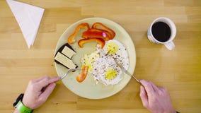 Mężczyzna je omlet i kanapkę zdjęcie wideo