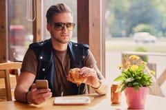 Mężczyzna je weganinu hamburger obraz stock