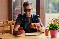 Mężczyzna je weganinu hamburger obraz royalty free