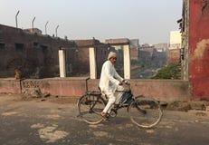 Mężczyzna jechać na rowerze na ulicie w Agra, India Obraz Stock