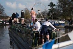 Mężczyzna jedzie łódź ubierającą jako kobieta Zdjęcie Stock