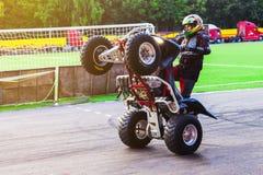 Mężczyzna jedzie ATV na tylnych kołach wheely Cheboksary, Rosja, 2/9/2017 obraz stock