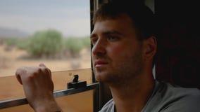 Mężczyzna Jedzie autobus Przy okno droga Jest Zły I Zatacza się strony zbiory wideo