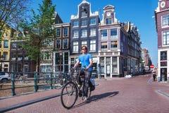 Mężczyzna jedzie bicykl w Amsterdam obraz stock