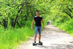Mężczyzna jedzie elektryczną hulajnoga outdoors Fotografia Royalty Free
