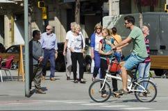 Mężczyzna jedzie jej bicykl Zdjęcie Royalty Free