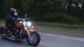 Mężczyzna jedzie motocyklu puszek droga w lesie zdjęcie wideo