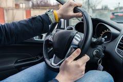 Mężczyzna jedzie nowożytnego samochód obraz royalty free