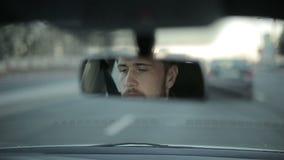 Mężczyzna jedzie samochód Odbicie twarz w rearview lustrze samochód ujawnienia zawodnik bez szans zmierzchu czas zdjęcie wideo