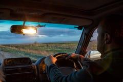 Mężczyzna jedzie samochód widok from inside Zdjęcia Stock