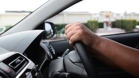Mężczyzna jedzie samochód - zakończenie up zdjęcie wideo