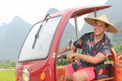 Mężczyzna jedzie tuk-tuk w Azja zdjęcia stock
