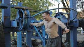 Mężczyzna jest atletą w sporta parku zbiory