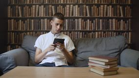Mężczyzna jest czytelniczym ebook przy kawiarnią zbiory