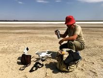 Mężczyzna jest podróżnikiem blisko słonego jeziora zdjęcia stock