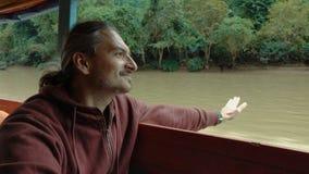 Mężczyzna jest podróżny łodzią zbiory