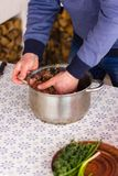 Mężczyzna jest porywającym minced mięsem w metal niecce w kuchni zdjęcie royalty free