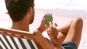 Mężczyzna jest przyglądający jego telefon zbiory wideo
