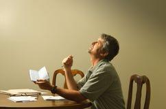 Przyglądający przy niebiańskim pyta bóg dla pieniężnej pomocy up Zdjęcie Stock