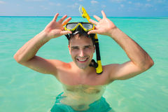 Mężczyzna jest ubranym żółtą pikowanie maskę w błękitnym oceanie Obrazy Royalty Free
