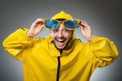 Mężczyzna jest ubranym żółtego kostium w śmiesznym pojęciu Fotografia Royalty Free