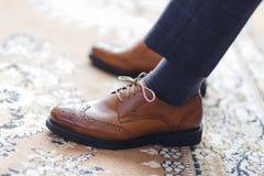 Mężczyzna jest ubranym buty fotografia stock