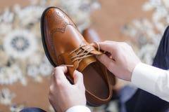 Mężczyzna jest ubranym buty zdjęcie royalty free