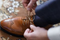 Mężczyzna jest ubranym buty zdjęcie stock